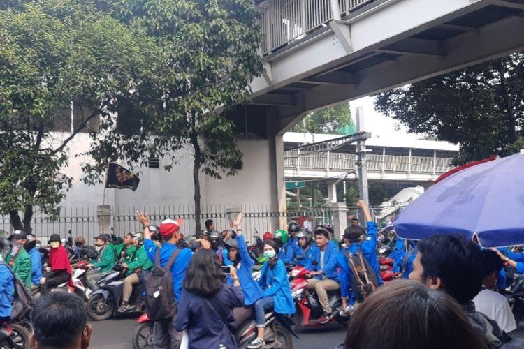 Suasana Stasiun Palmerah yang dipadati oleh mahasiswa yang akan beraksi di depan gedung DPR/MPR, Selasa (24/9/2019)