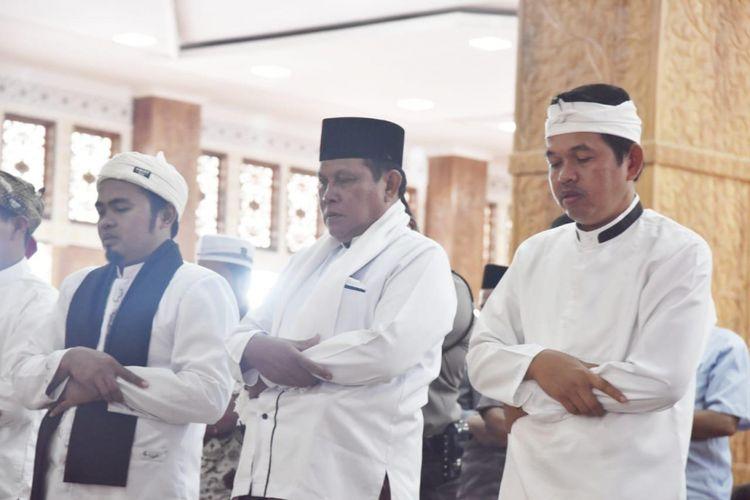 Dedi Mulyadi bersama Ribuan orang warga Purwakarta, Karawang, Subang dan Bekasi menggelar shalat ghaib untuk korban bencana tsunami Banten, usai menjalatkan ibadah shalat Jumat di Masjid Tajug Gede Cilodong, Purwakarta, Jumat (28/12/2018).