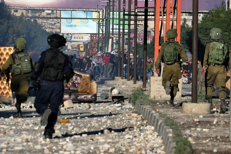 Polisi Israel terlibat bentrok dengan warga Palestina di pos pemeriksaan Hawara, sebelah selatan kota Jalur Gaza Nablus. Sejak pengakuan AS atas Yerusalem sebagai ibu kota Israel, Palestina melakukan protes hingga berujung kerusuhan. (8/12/2017)
