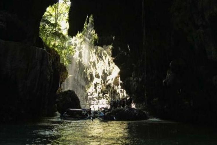 Pemandangan obyek wisata Green Canyon, Cijulang, Pangandaran, Jawa Barat, Sabtu (4/5/2013). Obyek wisata ini menawarkan keindahan dinding bebatuan yang ditutupi lumut dan wisatawan dapan menikmatinya dengan menyusuri sungai menggunakan perahu.