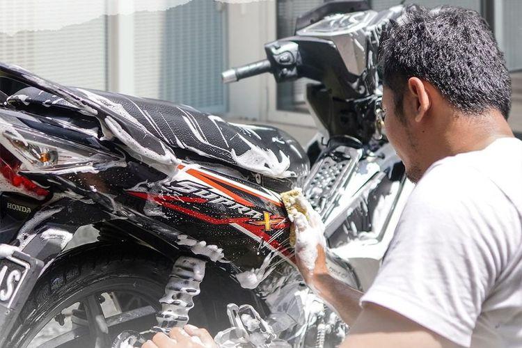 Ilustrasi mencuci sepeda motor