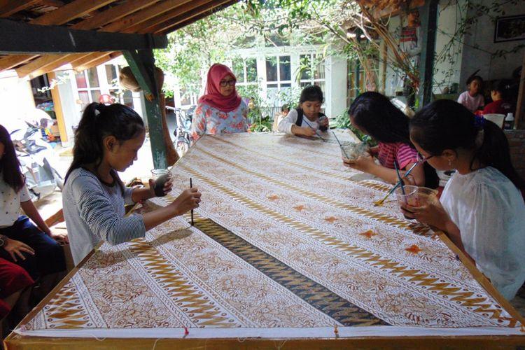 Sejumlah desainer cilik tengah membuat batik di Sanggar Batik Tulis Andhaka, Batu, Jawa Timur, awal Desember 2017.
