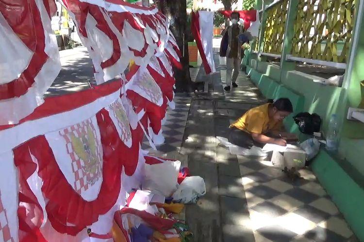 Wati (baju kuning) warga Garut, Jawa Barat, yang datang ke Parepare, Sulawesi Selatan, untuk berjualan pernak-pernik Hari Kemerdekaan Indonesia.