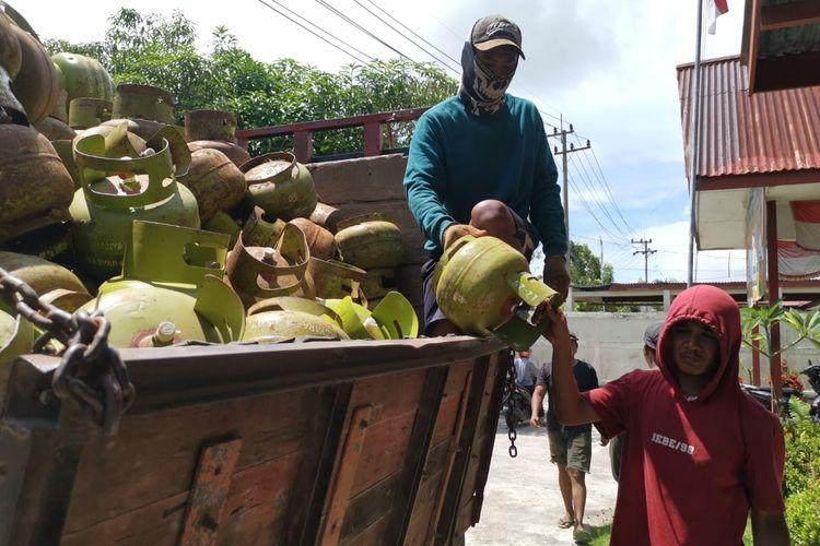 Agen LPG melon saat mengangkut LPG di Nunukan Kaltara. Kuota 74.000 LPG melon selalu tidak cukup padahal data warga miskin di Nunukan sesuai DTKS hanya 4000