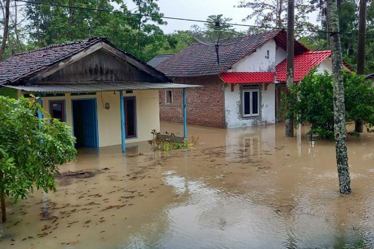 Banjir melanda sejumlah desa di Kecamatan Kawunganten, Kabupaten Cilacap, Jawa Tengah, Selasa (21/7/2021).