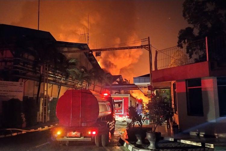 Kebakaran Pabrik Cat di Kawasan Industri Jatiuwung Kota Tangerang, Rabu (17/6/2020)
