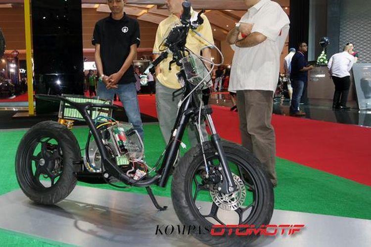 Prototipe perdana skutik listrik Garansindo-ITS dipamerkan di Indonesia Intenational Motor Show 2015.