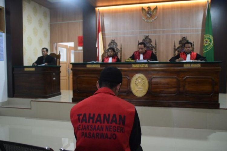 Mohamad Sadli Saleh, seorang jurnalis yang bertugas di Kabupaten Buton Tengah, Sulawesi Tenggara, dituntut 3 tahun penjara oleh Jaksa Penuntut Umum dalam persidangan di Pengadilan Negeri Pasarwajo, Kabupaten Buton, Selasa (17/3/2020) sore.
