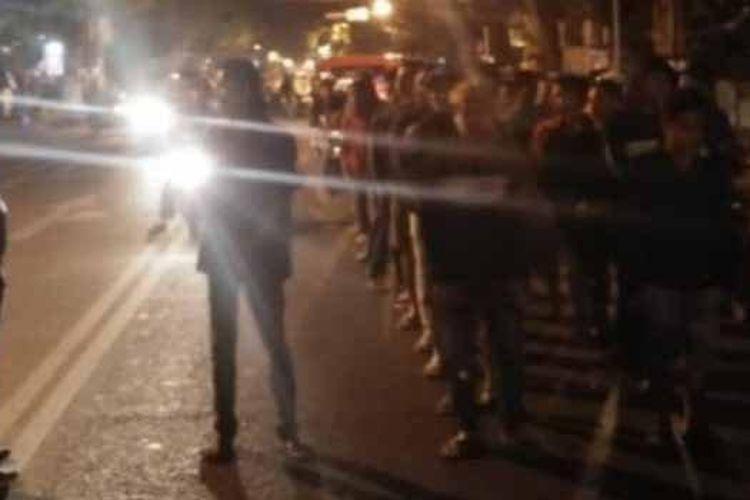Puluhan remaja jalan kaki sebagai hukuman terkait balapan liar di Jalan Panglima Sudirman, Kota Pasuruan, Minggu (14/7/2019) dini hari.