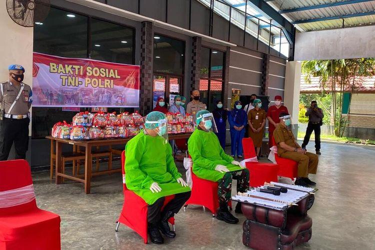 Kapolda Maluku, Irjen Pol Baharudin Djafar dan Pangdam XVI Pattimura Mayjen TNI Agus Rohman saat mengunjungi pasien Covid-19 di lokasii karantina BPSDM Ambon, Senin (10/8/2020)