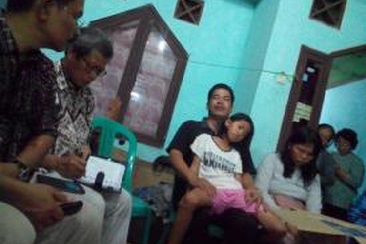 Irjen Kemendikbud Daryanto bertemu dengan orangtua Evan Christoper, siswa SMP Flora yang diduga meninggal akibat mengikuti kegiatan MOS di Bekasi.