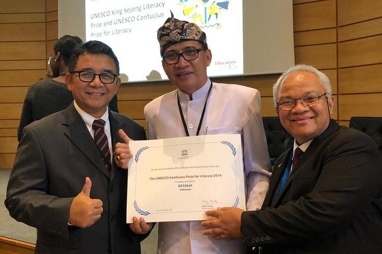 Aplikasi BASAbali Wiki dari ?Indonesia menerima penghargaan literasi tingkat dunia yang diselenggarakan UNESCO di kantor pusat UNESCO, Paris, bertepatan dengan Hari Aksara Internasional (9/9/2019).
