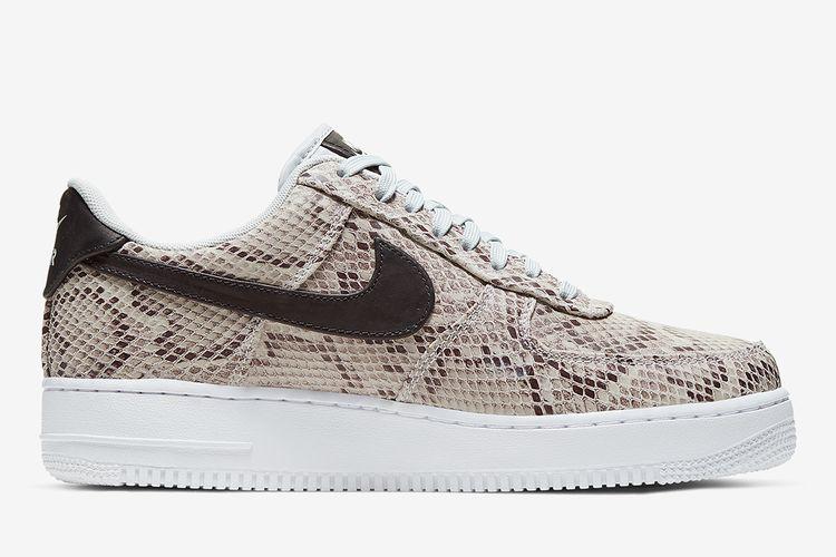 Sepatu itu adalah Nike Air Force 1 Low Snakeskin