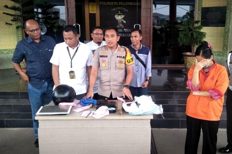 Tersangka ST (36) ibu yang tega memasukkan bayinya ke dalam mesin cuci hingga tewas saat dihadirkan di Polresta Palembang.