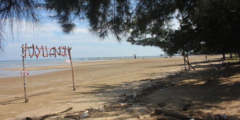 Pantai Kayu Angin di Nunukan, Kalimantan Utara yang indah dengan pasir coklatnya yang bersih terancam abrasi.