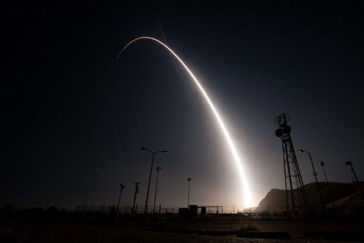 Misil Minuteman III diluncurkan dari pengkalan udara Vanenberg, Amerika Serikat, usianya juga  masih muda.