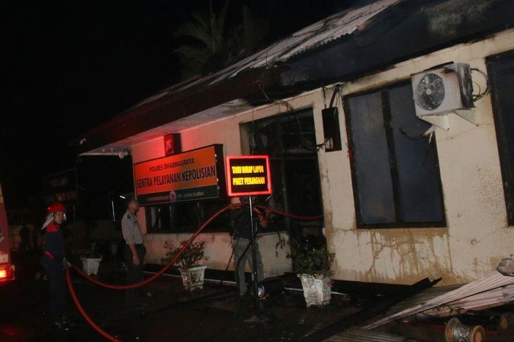 Petugas pemadam kebakaran, memadamkan api yang membakar Polres Dharmasraya, Sumatera Barat, Minggu (12/11) dini hari. Seluruh bangunan Markas Kepolisian Resor Dharmasraya ludes terbakar setelah dibakar oleh dua orang tidak dikenal pada Minggu dini hari sekitar pukul 02.30 WIB, dan kedua tersangka akhirnya ditembak mati petugas karena melakukan perlawanan. ANTARA FOTO/Eko Pangestu/Ief/aww/17.