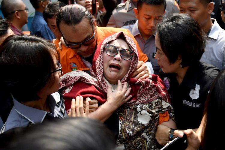 Tersangka kasus penyalahgunaan narkoba Tri Retno Prayudati alias Nunung (depan) dan July Jan Sambiran (belakang) menangis saat rilis kasus di Mapolda Metro Jaya, Jakarta, Senin (22/7/2019). Komedian Srimulat dan suaminya itu ditangkap pihak kepolisian dengan barang bukti sabu seberat 0,36 gram.