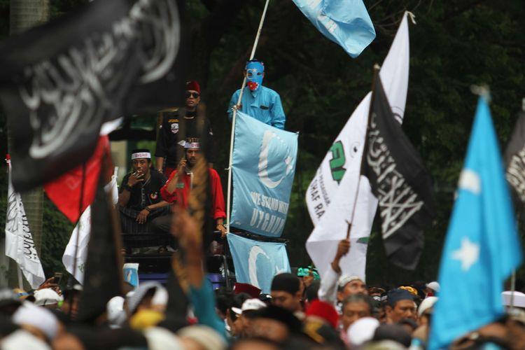 Massa aksi  alumni 212 melakukan demonstrasi terkait kasus penindasan etnis Uighur di depan Kantor Kedutaan Besar (Kedubes) China, Kuningan, Jakarta Selatan, Jumat (27/12/2019). Mereka membawa spanduk-spanduk berisi desakan terhadap pemerintah China.