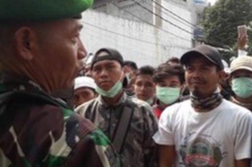 Rekonsiliasi, TNI Jabat Tangan dengan Warga di Petamburan