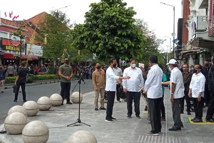 jokowi nerikan bantuan kepada para pedagang di Malioboro, Sabtu (9/10/2021)