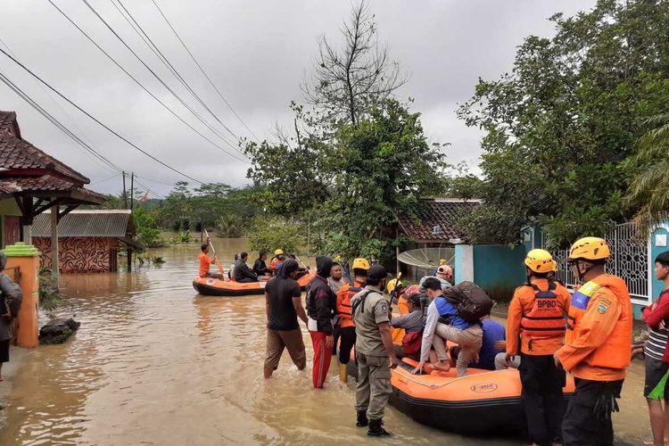 Petugas BPBD Kabupaten Tasikmalaya bersama Polisi dan TNI terus menanggulangi 18 bencana alam banjir dan longsor akibat cuaca buruk dalam sehari, Senin (13/9/2021).