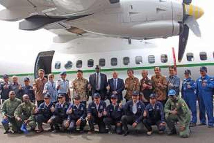 Menteri Perindustrian Airlangga Hartarto berfoto bersama perwakilan Senegal usai kesepakatan pembelian pesawat CN235-220M di PT DI, Bandung, Selasa (27/12/2016).