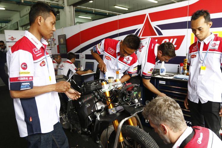 Tiga orang mekanik pemenang Federal Oil Mechanic Academy Contest 2017 terlibat di paddock Federal Oil Gresini Moto2, di Sirkuit Sepang, Malaysia, Jumat (27/10/2017). Mereka berkesempatan terlibat langsung bekerjasama dengan tim mekanik dari Federal Oil Gresini Moto2.
