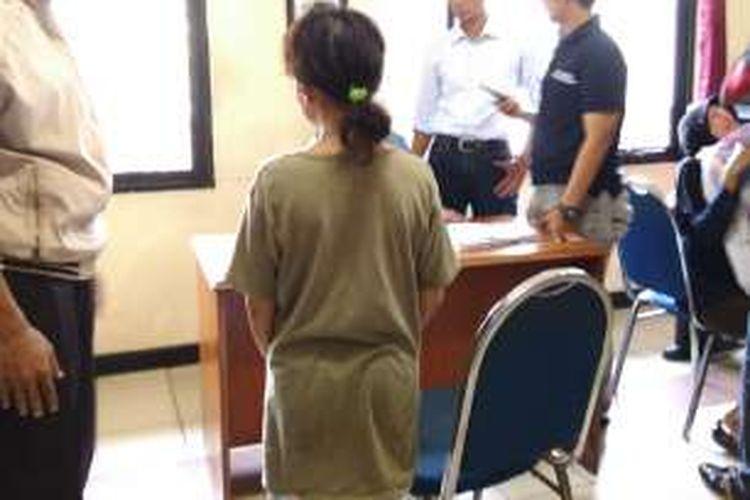 Seorang pembantu rumah tangga (PRT) melarikan diri dari rumah majikannya di Kawasan Moncokerto, Utan Kayu, Matraman, Jakarta Timur, Selasa (9/2/2016), setelah diduga mengalami penganiyaan dari majikannya.