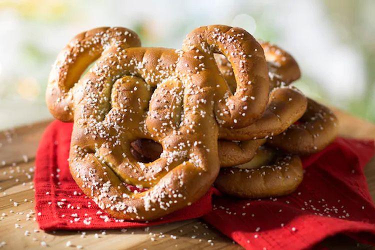 Ilustrasi pretzel bentuk Mickey khas Disney.