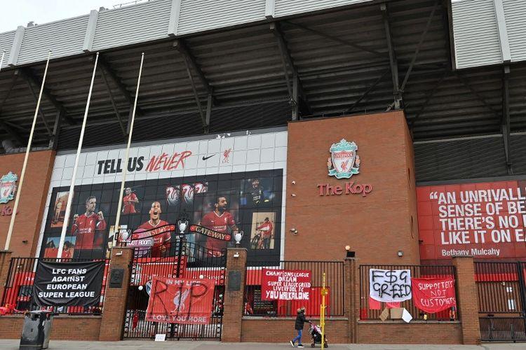 Spanduk-spanduk yang kritis terhadap proyek European Super League menggantung di pagar Stadion Anfield, markas Liverpool, pada 21 April 2021.