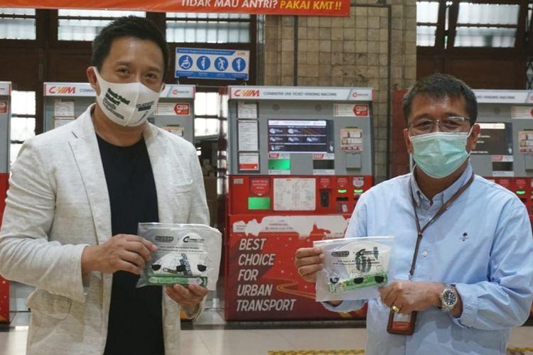 Kampanye Adaptasi Kebiasaan Baru Bertransportasi diresmikan dengan penyerahan health kit secara simbolis oleh Chief Sales & Marketing Officer (CSMO) Enesis Group Ryan Tirta dan diterima langsung oleh Direktur Operasi dan Pemasaran KCI Wawan Ariyanto. (DOK. PLOSSA)