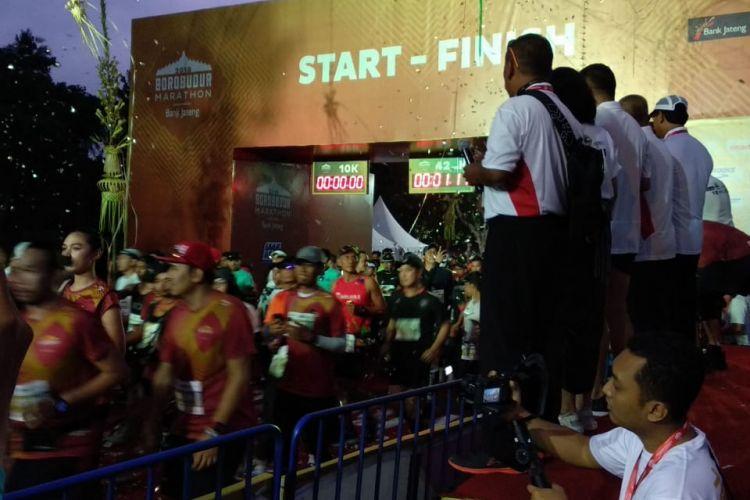 Para pelari kategori maraton dilepas tepat pukul 05.00. Mereka dilepas Gubernur Jawa Tengah Ganjar Pranowo dan Direktur Utama Bank Jateng Supriyatno.