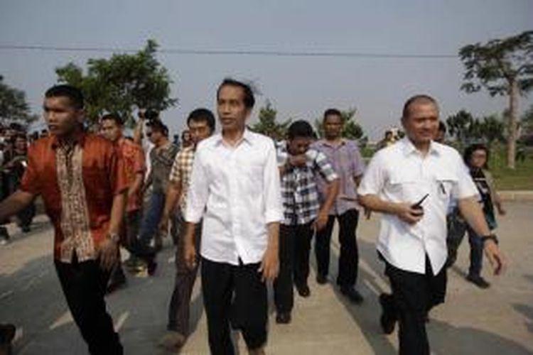 Calon presiden Joko Widodo (Jokowi) mengisi waktu jelang pengumuman rekapitulasi suara Pilpres 2014 dengan berkunjung ke Waduk Pluit, Jakarta Utara, Selasa (22/7/2014) sore.