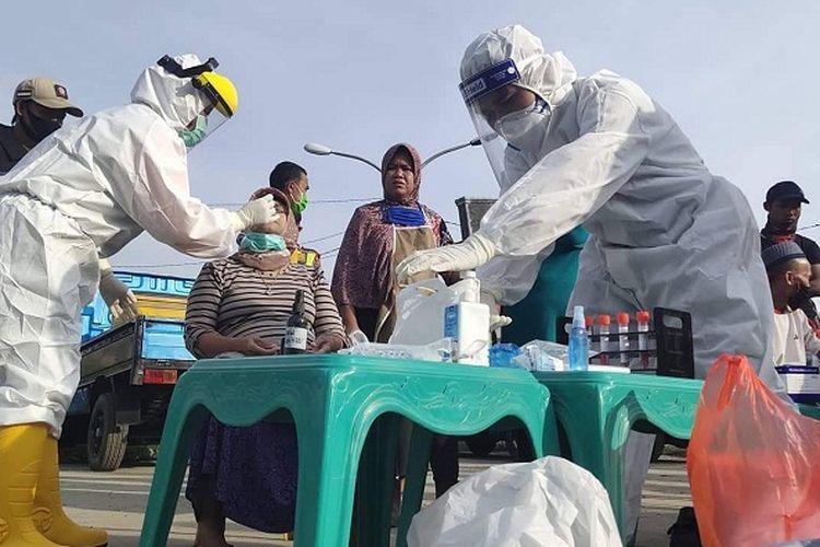 Petugas kesehatan Indramayu, Jawa Barat,  saat melakukan swab masal Covid-19 di Sport Center, Indramayu. Swab ini dilakukan pada Rabu (17/7/2020).