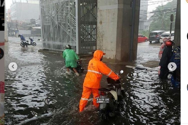 Banjir melanda Jalan Cipete Raya, tepatnya di bawah Stasiun MRT Cipete, Jakarta Selatan,  Senin (27/4/2020) sore.