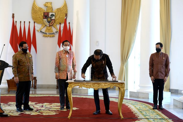 Presiden Jokowi meresmikan Gedung Sekolah Vokasi Universitas Diponegoro (Undip) dari Istana Kepresidenan Bogor, Provinsi Jawa Barat, Kamis (27/08/2020).