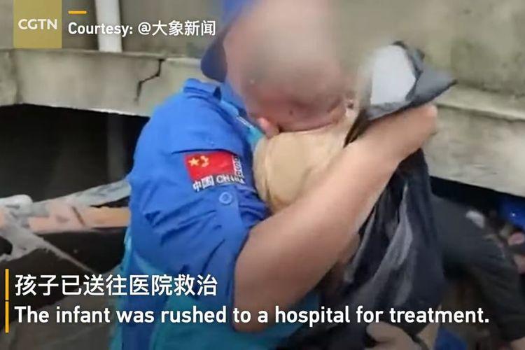 Bayi berumur sekitar 3 bulan yang berhasil diselamatkan setelah tertimbun reruntuhan selama 24 jam dalam banjir di China. [SS/YOUTUBE/CGTN]