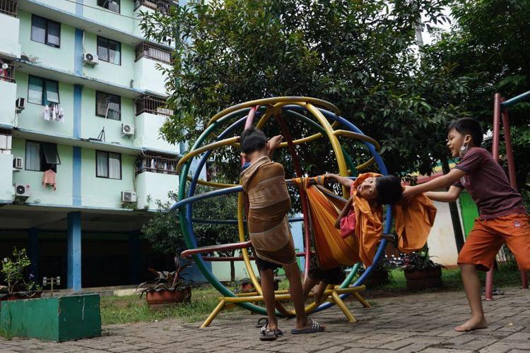 Anak-anak bermain dengan riang di RPTRA Rusun Pulogebang, Jakarta Timur, Jumat (18/6/2021).