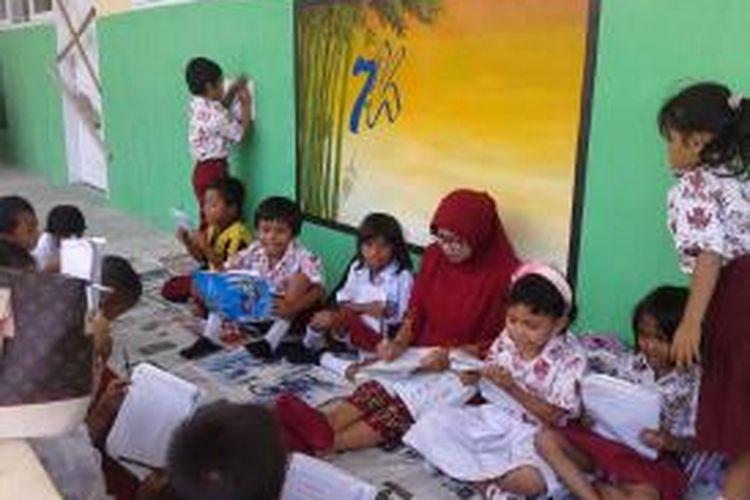 Para siswa ini rela belajar di lantai lantaran ruang kelas mereka disegel pemilik tanah.