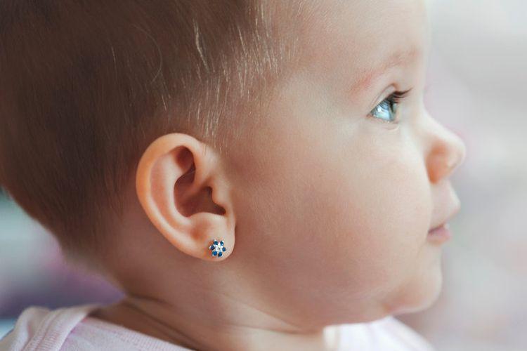 Ilustrasi bayi dengan telinga ditindik