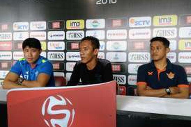 Pelatih Persegres Gresik United Eduard Tjong (kiri), dalam sesi jumpa pers jelang pertandingan kontra PBFC, Sabtu (15/10/2016).