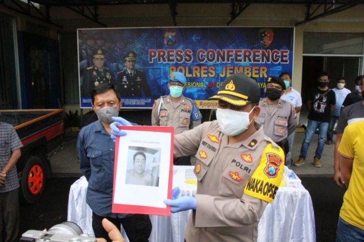 Waka Polres Jember Kompol Windi Syahputra  menunjukkan foto tersangka yang ditembak mati