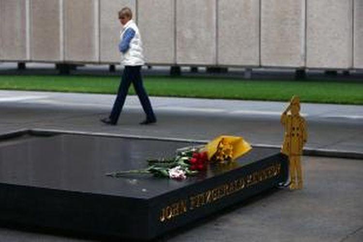 Karangan bunga terlihat diletakkan di tugu peringatan pembunuhan John F Kennedy di Dealey Plaza, Dallas, Texas. Pada Jumat (22/11/2013), warga AS memperingati 50 tahun terbunuhnya Presiden John F Kennedy.