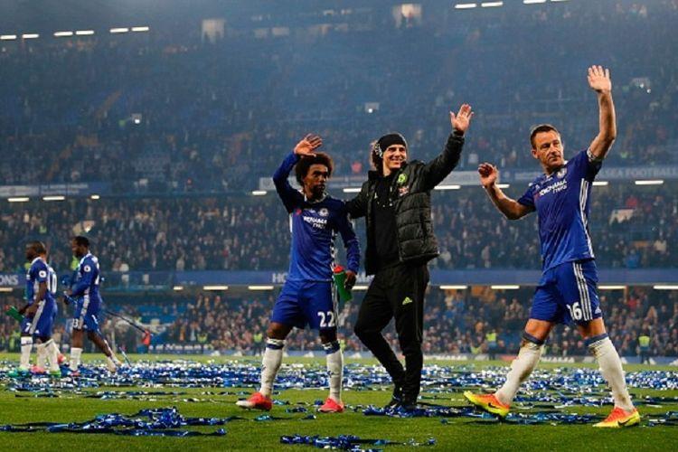 Willian, David Luiz, dan John Terry membalas aplaus penonton di Stadion Stamford Bridge seusai laga antara Chelsea dan Watford, Senin (15/5/2017).