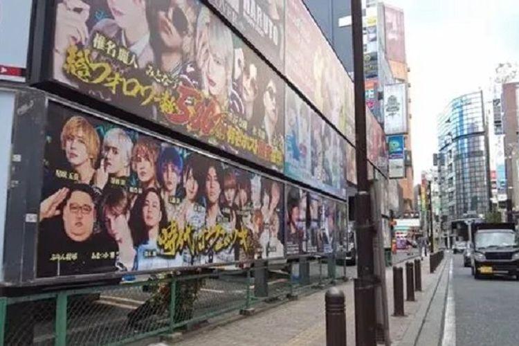 Sebuah billboard yang menampilkan para artis di kawasan lampu merah Jepang, Kabukicho. Di dalam gambar tersebut terdapat foto Pemimpin Korea Utara Kim Jong Un. Bisa Anda temukan yang mana?