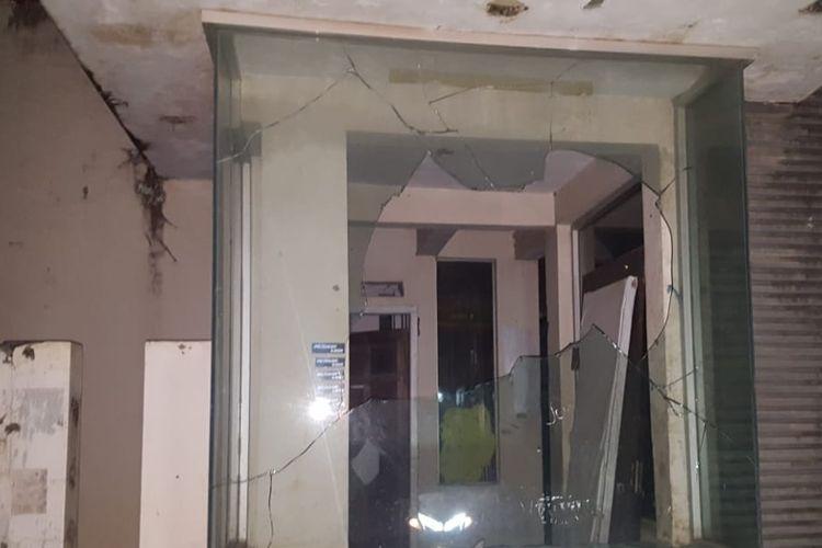 Kaca Sekuriti di Perumahan CP The Residence di Jalan Adhyaksa Baru, Makassar,  pecah saat bentrokan antara warga dan pengemudi ojek online grab, Sabtu (15/6/2019).