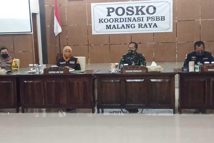 Gubernur Jawa Timur Khofifah Indar Parawansa dalam rapat koordinasi di Bakorwil III Malang, Rabu (27/5/2020) malam.