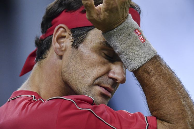Roger Federer of Switzerland gestures while playing against Alexander Zverev of Germany during their mens singles quarter-final match at the Shanghai Masters tennis tournament in Shanghai on October 11, 2019. (Photo by HECTOR RETAMAL / AFP)
