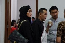 Sidang Perdana, Fahmi Darmawansyah Ditemani Inneke Koesherawati